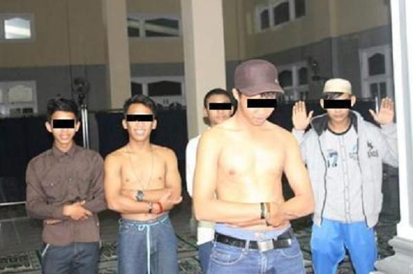 5 pemuda lecehkan shalat tanpa baju