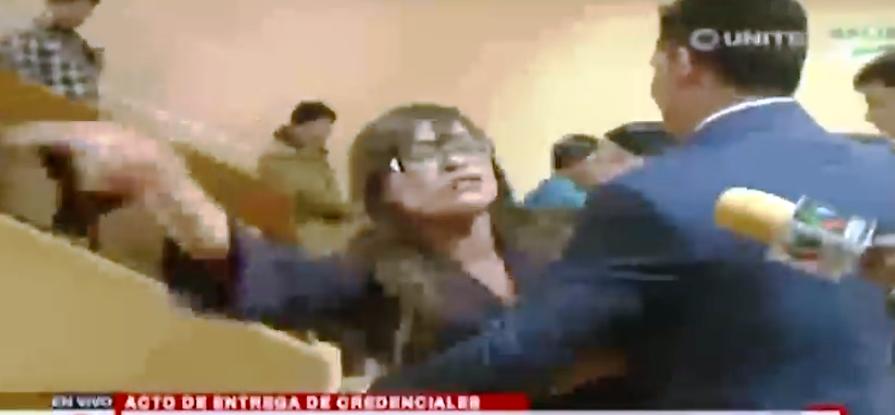Claudia Bravo, la única mujer opositora que protestó en la formalización de los magistrados