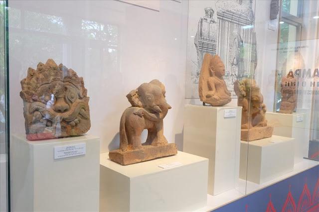 Quá trình khai quật, các nhà khảo cổ đã tìm thấy ở đây hàng nghìn tác phẩm điêu khắc đá gồm những vị thần trong nhiều tư thế, vũ điệu, hình ngực phụ nữ, các loại hoa lá, các loài thú như voi, khỉ, rắn, chim thần Garuda, Kala, thủy quái Makara... Các cụm đền tháp nằm xung quanh kinh thành Đồ Bàn xưa, nay thuộc huyện Tuy Phước, Tây Sơn, thị xã An Nhơn và TP Quy Nhơn.
