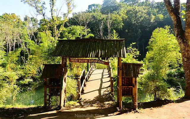 Jalan masuk menyeberang ke Pulau Sekarsari