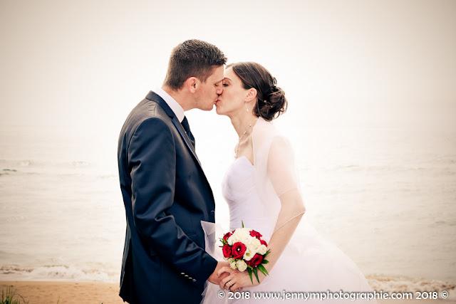 portrait mariés, photo couple mariage au bord de mer, bisou des mariés, bouquet mariée roses blanches et rouges