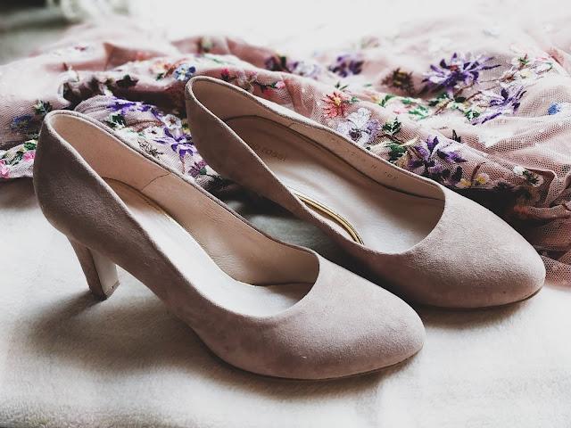 czółenka zamszowe ślubne buty
