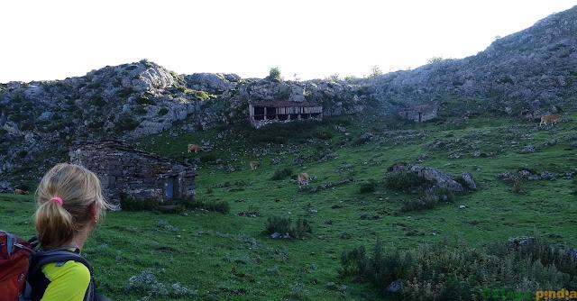 Camino del Refugio de Vegarredonda mirando las cabañas de la Rondiella