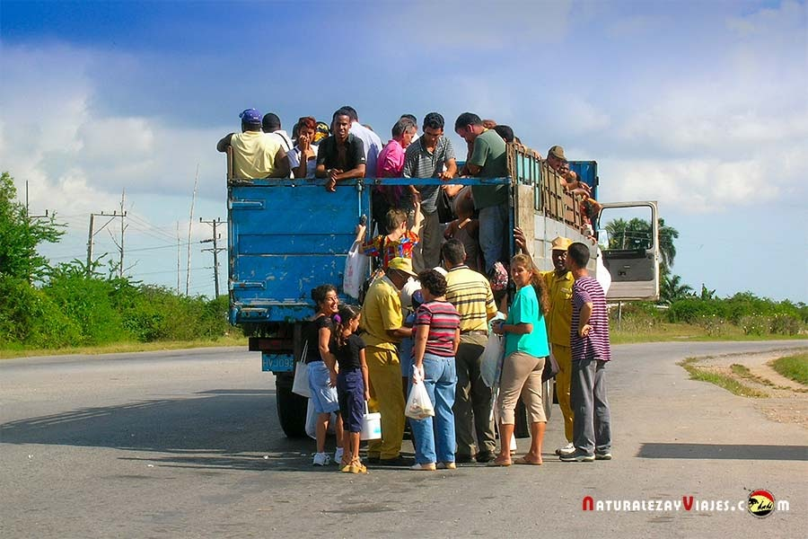 Cubanos subiendo a camión en Viñales