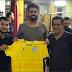 Em Aracaju, atacante Diego Costa recebe camisa do Confiança