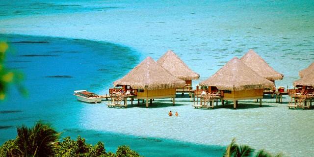 diantara sekian banyak objek wisata alam yang tersebar luas dengan masing – masing eksotismenya di negara Indonesia, ada satu wisata alam lain yang punya panorama eksotis akan tetapi masih belum banyak diketahui, yakni Raja Ampat Papua.