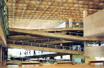 O prédio da FAU USP visitado em meados da década de 1990: projeto icônico do mestre João Batista Vilanova Artigas.
