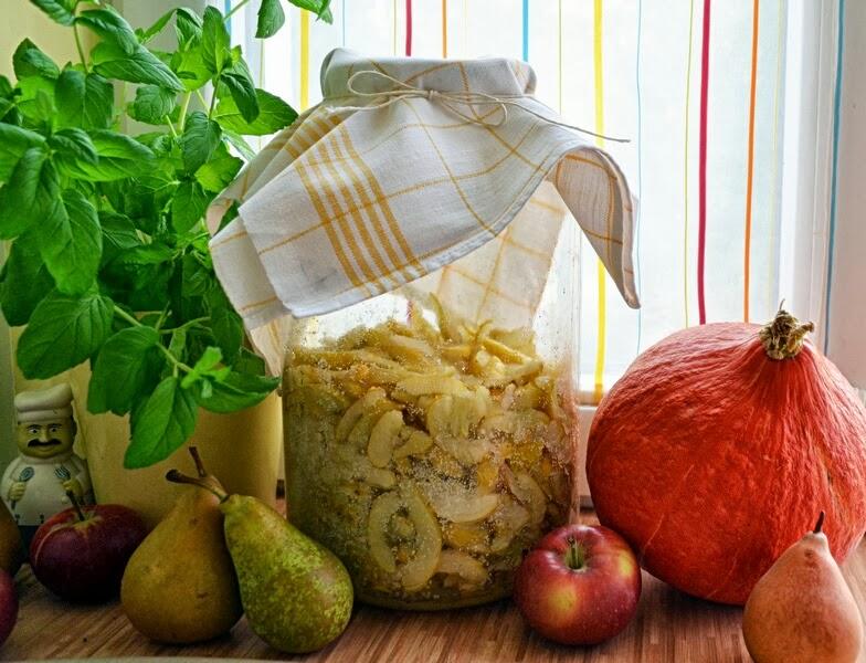 nalewka, pigwowiec, parapet w kuchni, blat w kuchni, pigwa, robimy nalewke, zycie od kuchni, jesien w kuchni