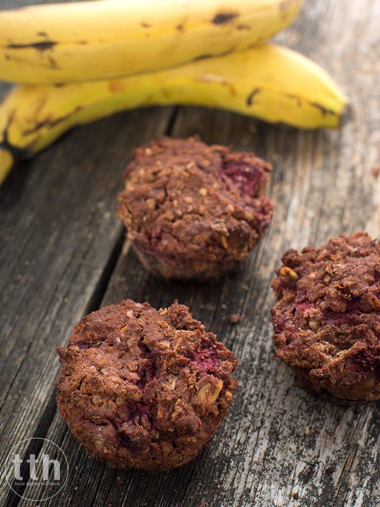 Kakaowe babeczki z kaszy gryczanej z bananem i truskawkami - przepis weganski, bezglutenowy, bez cukru