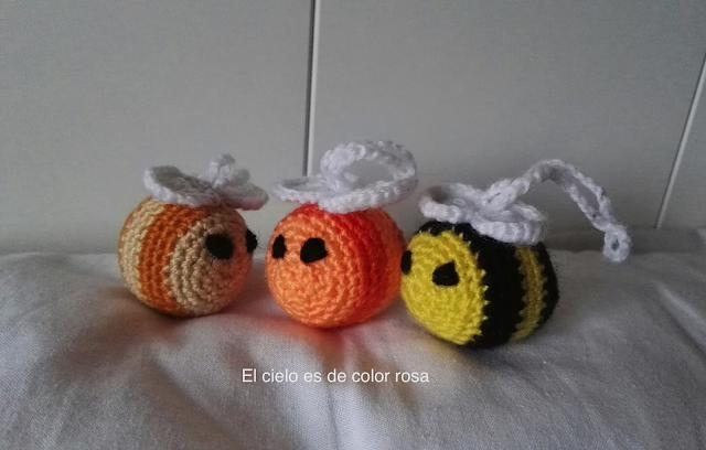 abejas de ganchillo de colores