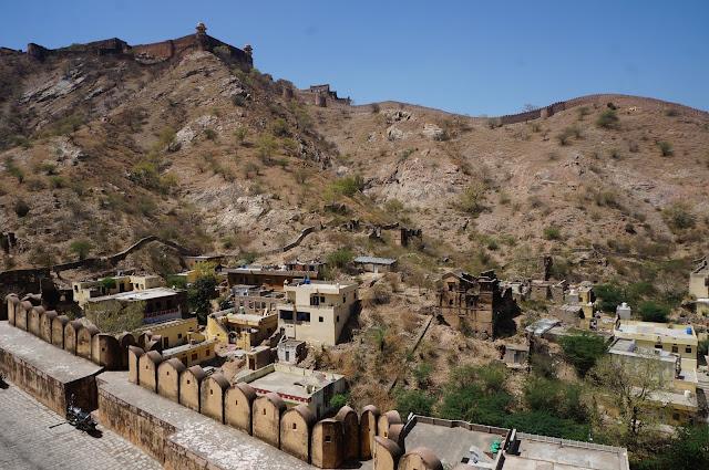 Bukit Amber Fort yang gersang
