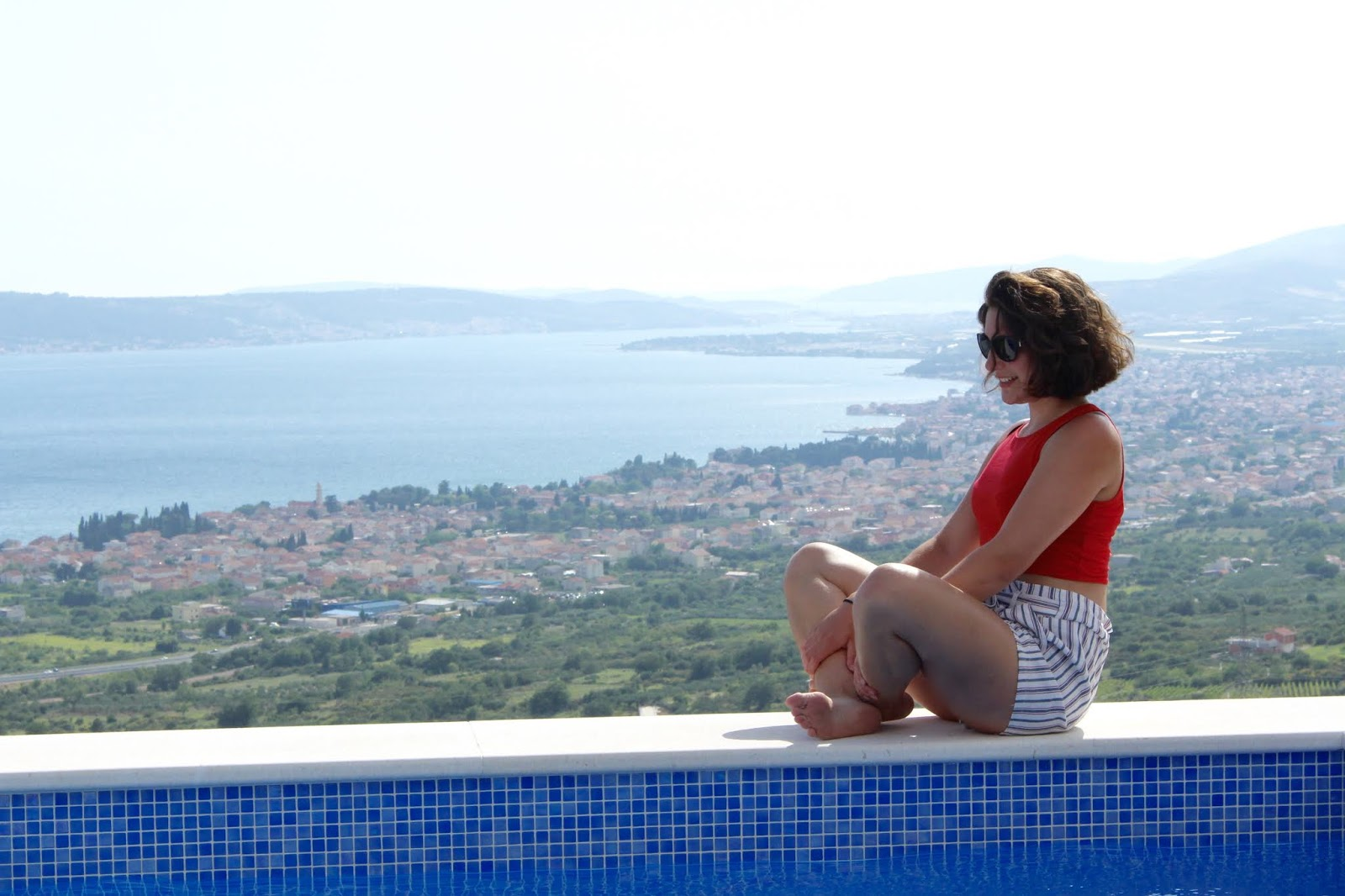 Sophie am Pool vor der Villa Hill View, Kroatien