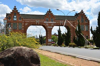 O principal portal de acesso à Holambra, visível para quem chega ao município pela rodovia que liga Campinas a Mococa.