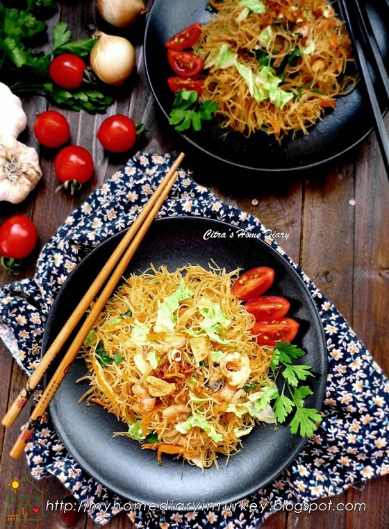 Indonesian Fried Vermicelli / Bihun goreng kecap. This is one simple and common recipe how to cook vermicelli in Indonesia, fried vermicelli with sweet soy sauce or Bihun goreng kecap. İt's fast and simple way to enjoy vermicelli noodles in any time, morning to night. #indonesian #asian #noodle #vermicellinoodle #shrimps #seafoodnoodle