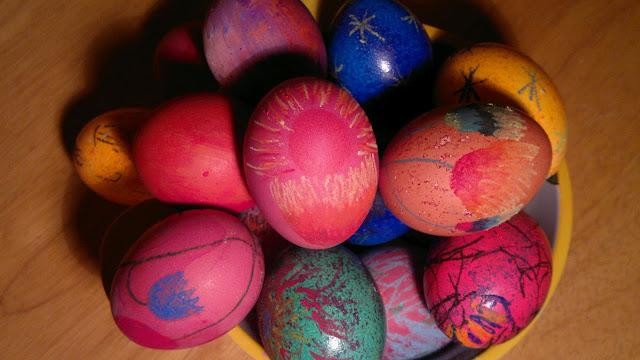 Jajka barwione w krepinie (kolorowej bibule) i pokolorowane pastelami olejnymi