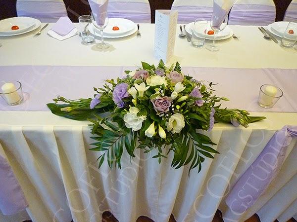 Esküvői asztaldísz főasztalra lila színben Hotel Bobbio esküvő dekor