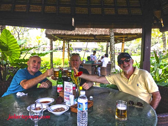 Comiendo en el restaurante Bebek Tepi Sawah de Bali