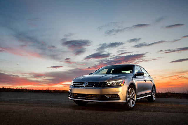Front 3/4 view of 2017 Volkswagen Passat 1.8T SEL Premium