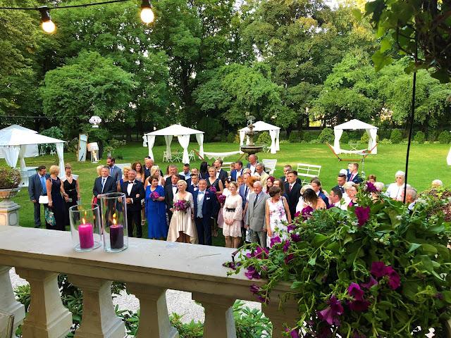 Goście w ogrodzie na weselu organizowanym z pomocą Okiem Żony i Matki.