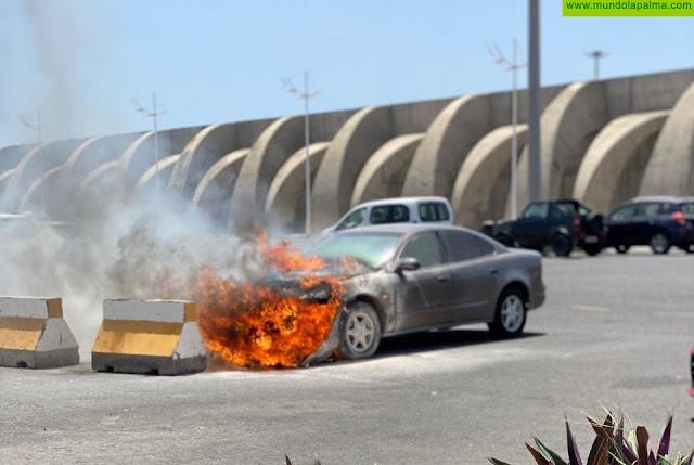 Un vehículo se incendia en el Puerto de Tazacorte