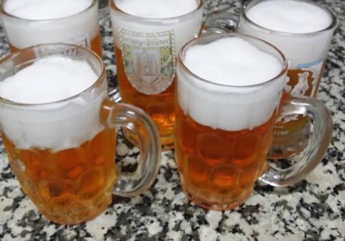 jarras de cerveza que parece llevar cerveza pero es una gelatina