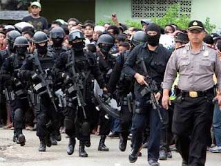 Wandi Pasrah Diringkus Pasukan Densus 88 Pada Saat Menggendong Anak - Commando