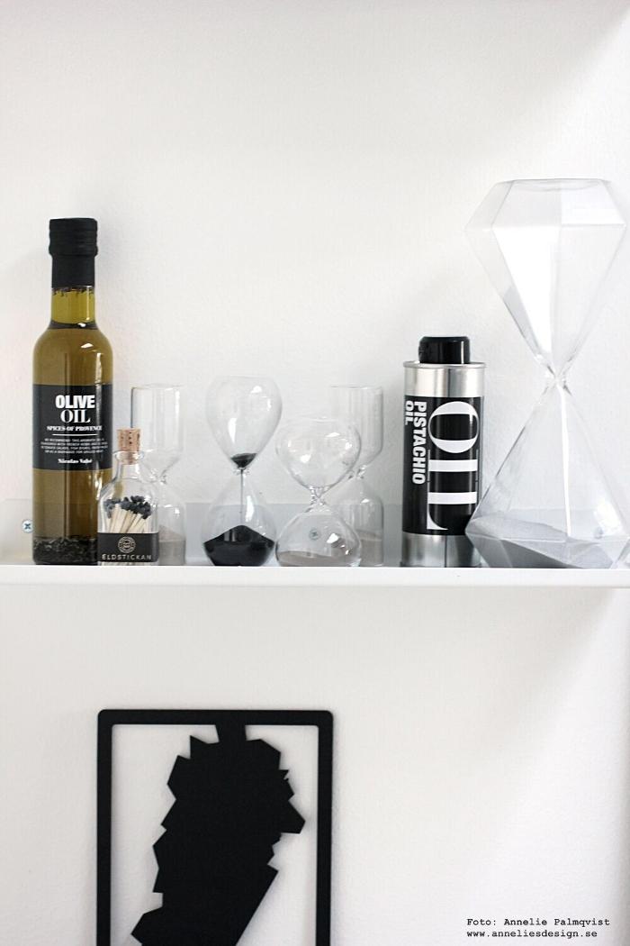 annelies design, webbutik, niclas vahe, olivolja, mat, matlagning, kök, hylla, detaljer, timglas, dekoration, köksdetaljer, kökshylla, eldstickan, tändstickor i flaska