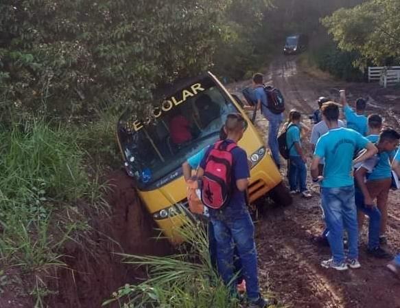 Palmital: Ônibus escolar atola em buraco