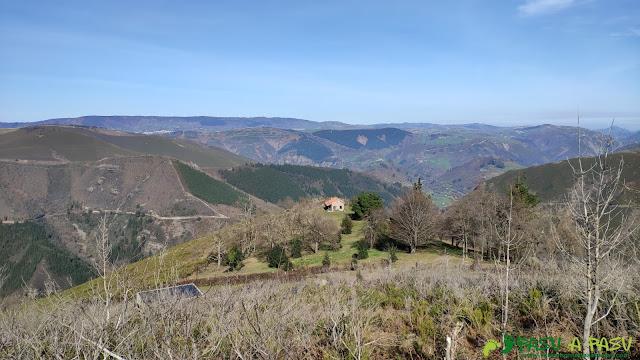 Subiendo al Pico Brañasín, vista de la cabaña