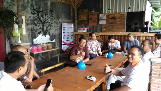 Bersama pemateri  Sarasehan, rehat di Cafe Arek Lancor