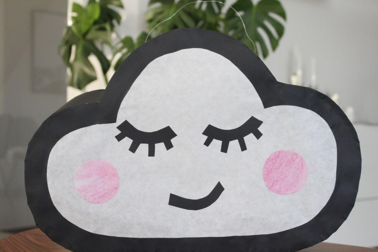 selbstgebastelte Laterne in Form einer Wolke mit Wimpern