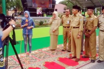 Walikota Parepare Bpk.Taufan Pawe Menginjak Karpet Shalat Sedang Saat diwawancari Wartawati