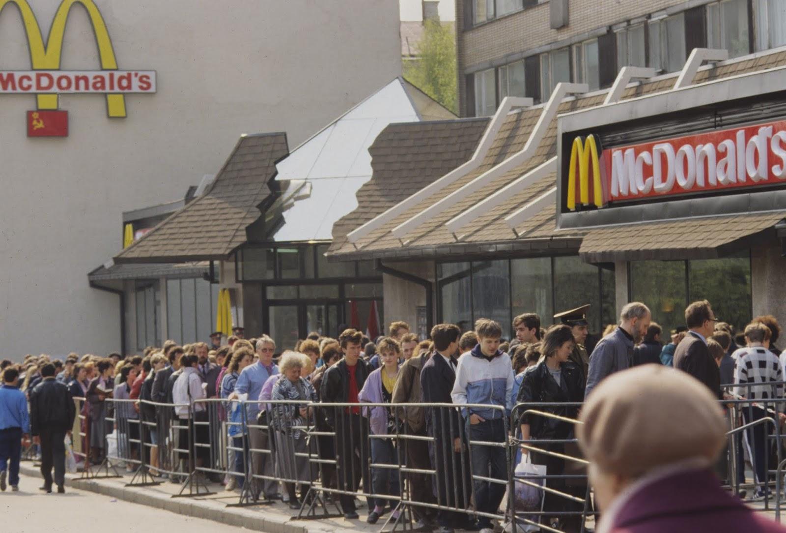 Fila para o primeiro McDonald's da Rússia, em Moscou. Foto: VLADIMIR VYATKIN. Fonte: https://cdnbr1.img.sputniknews.com/images/145/97/1459764.jpg