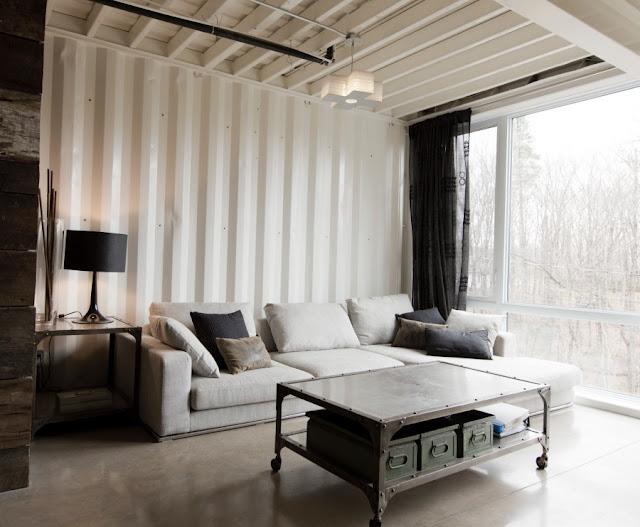 светлая гостиная с панорамными окнами
