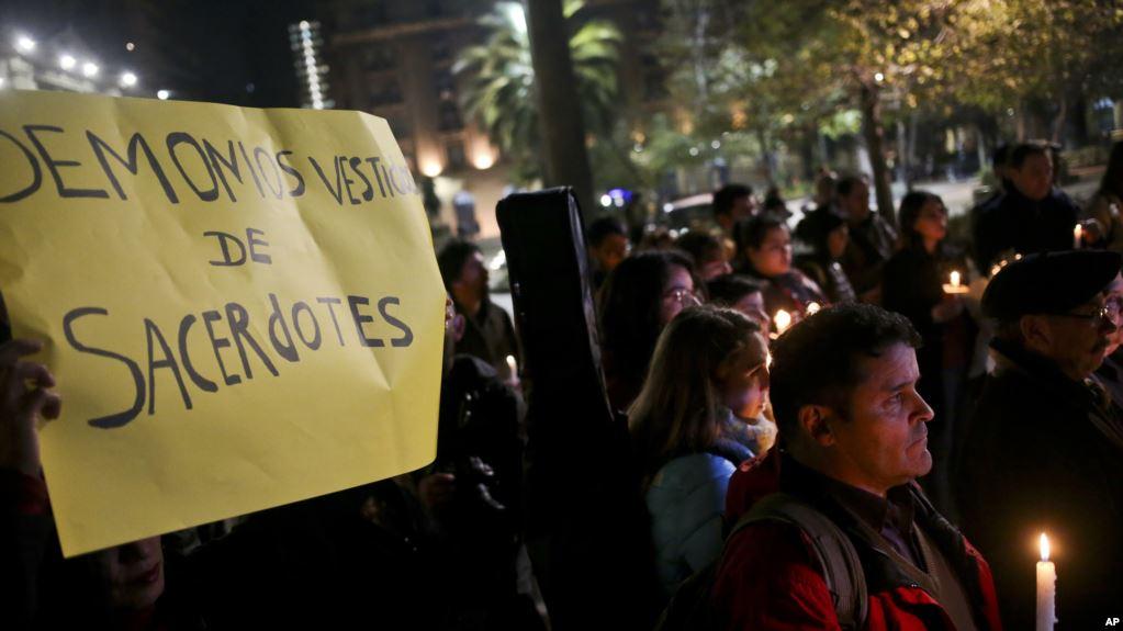 Protestas ciudadanas contra el clero en Santiago / AP