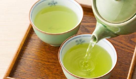 Selain memiliki manfaat bagi ksehatan, ternyata teh hijau memiliki efek samping.