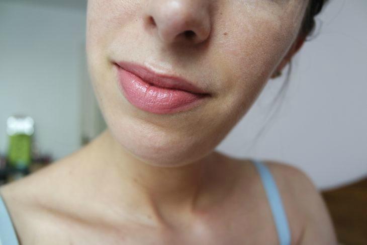 rouge à lèvres capucine de boho green porté