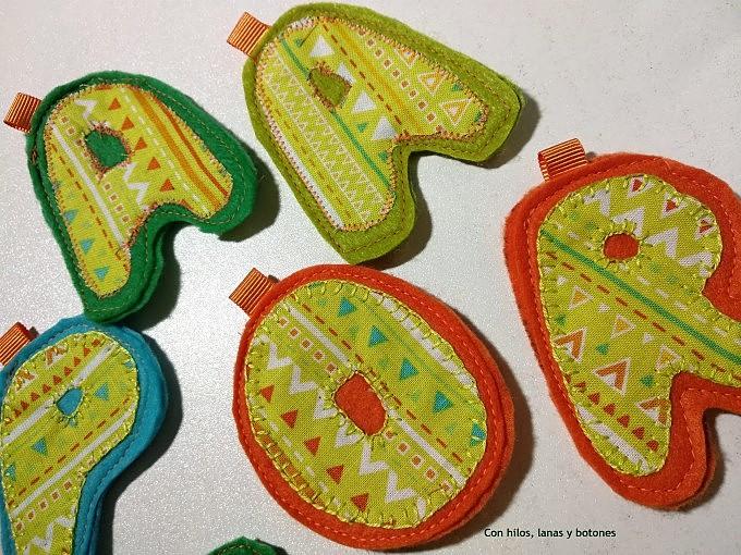 Con hilos, lanas y botones: Llaveros con iniciales