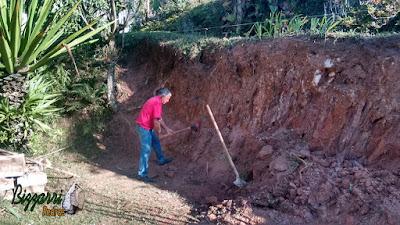 Bizzarri, da Bizzarri Pedras na parte da manhã, cavocando um barranco onde vamos fazer a construção do muro de pedra com pedra rústica em chácara em Mairiporã-SP.