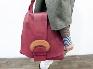 赤のバッグ