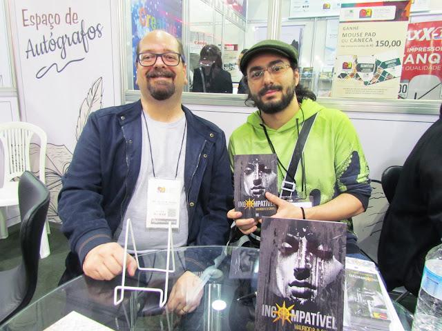 Mauricio R B Campos e o autor Thiago Lee durante o lançamento de Incompatível, na Bienal do Livro de São Paulo de 2018.