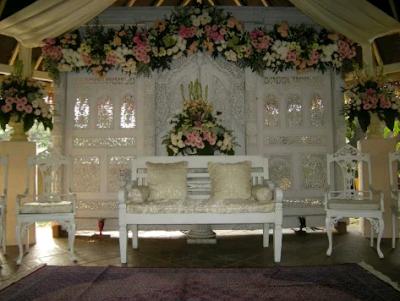 contoh dekorasi pernikahan modern bernuansa putih