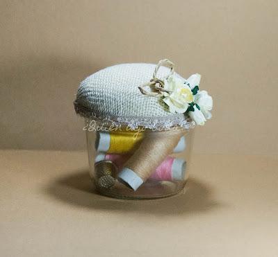 Costurero-alfiletero DiY para regalar a las invitadas confeccionado con un tarro de cristal reciclado