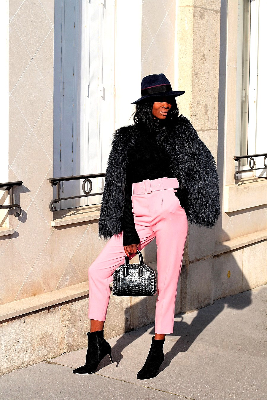 manteau-fourrure-chapeau-fedora-pantalon-taille-haute-bottines-sac-stella-mccartney