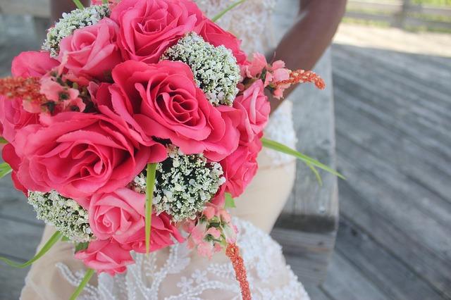 Hoa cầm tay cô dâu bằng hoa hồng đỏ