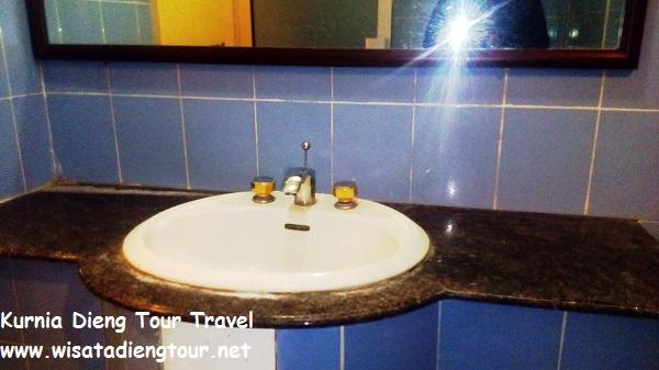gambar fasilitas kamar mandi VIP room di hotel dqiano dieng