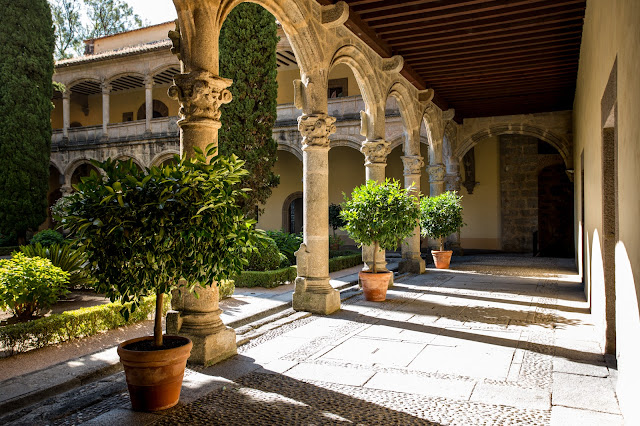 Claustro del convento de Yuste :: Canon EOS5D MkIII | ISO100 | Canon 17-40@30mm | f/5.6 | 1/50s