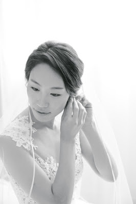 The bride putting on her earrings before her intimate wedding at Locanda Verde | Karen Hill Photography