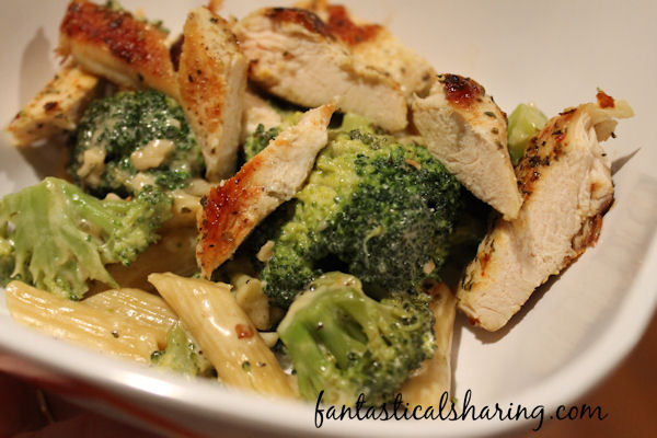 Homemade Garlic Herb Chicken con Broccoli | A fabulous Olive Garden copycat with seasoned grilled chicken on top of pasta and broccoli in a creamy Alfredo-like sauce