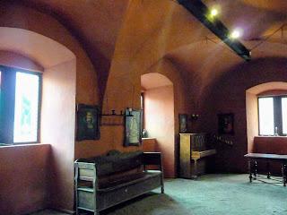 Замок Сент-Миклош. Мебель художник купил у коллеционеров и мастеров по дереву